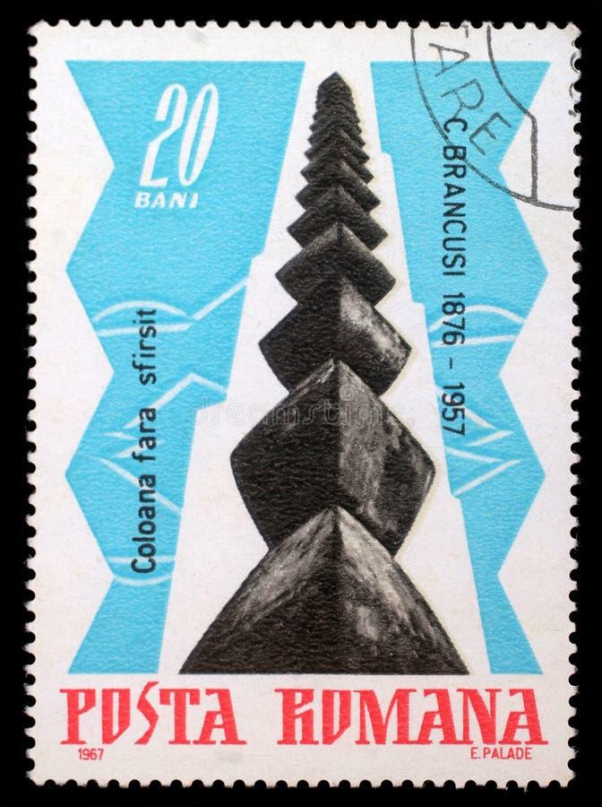 Selo impresso por Romênia, mostras a coluna infinita, por Brancusi foto de stock