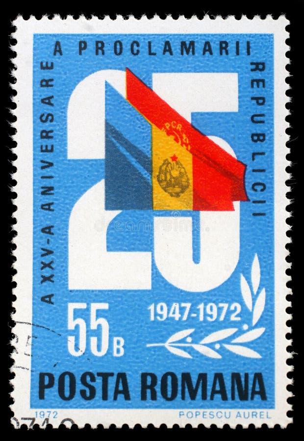 Selo impresso por Romênia, pelas mostras 25 e pelas bandeiras, aniversário 25 da república fotos de stock royalty free