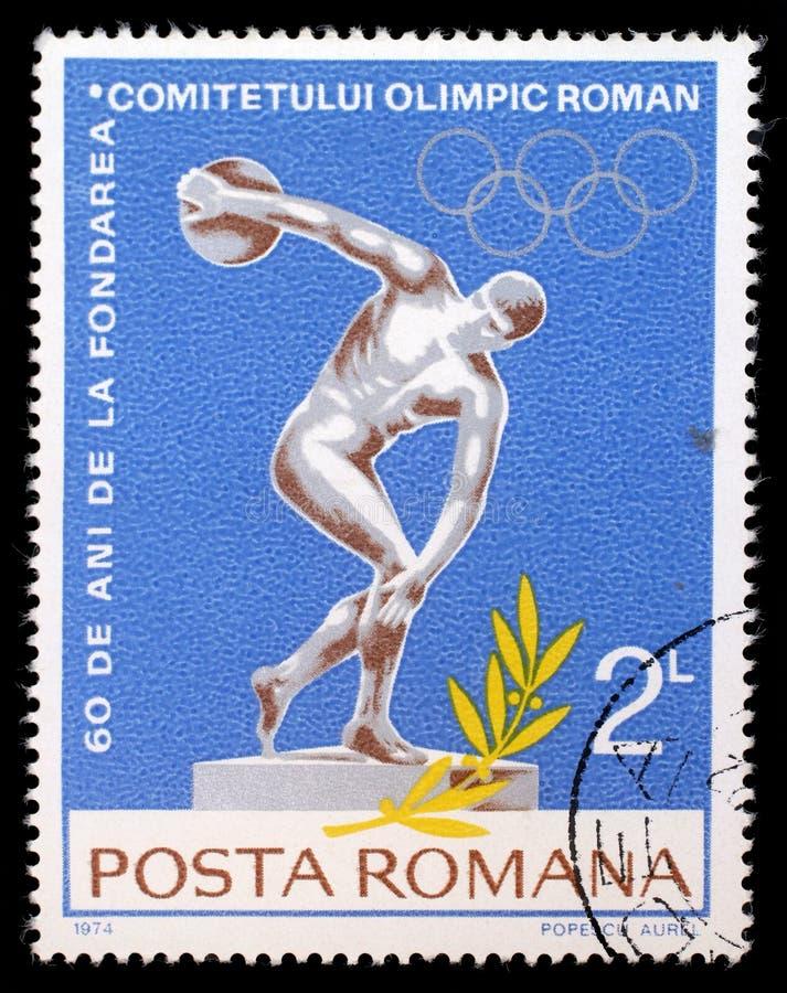 Selo impresso por Romênia, pelo Discobolus das mostras e por anéis olímpicos fotos de stock