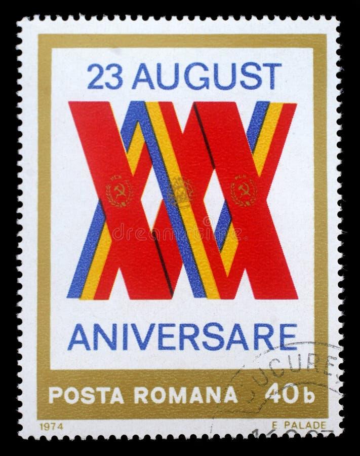 Selo impresso por Romênia, pelo emblema das mostras e pelas bandeiras fotos de stock