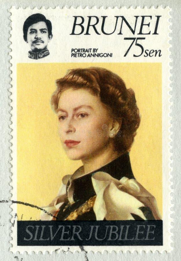 Selo postal de Brunei Darussalam que comemora o jubileu de prata do ` s da rainha imagens de stock