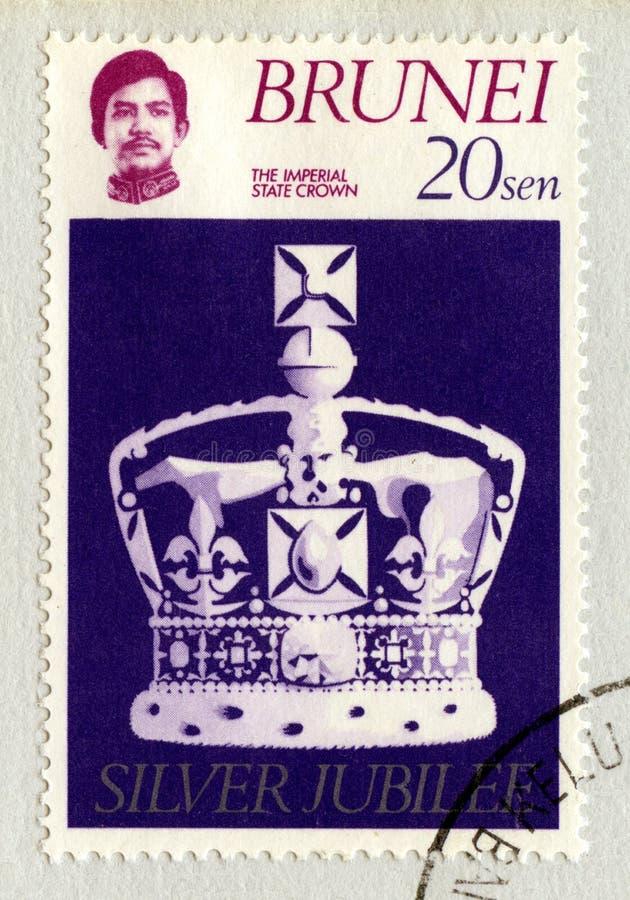 Selo postal de Brunei Darussalam que comemora o jubileu de prata do ` s da rainha fotografia de stock