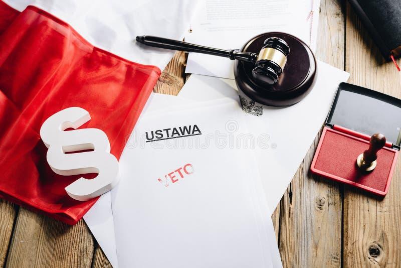 Selo vermelho da proibição no ato da lei e na bandeira do polonês imagem de stock