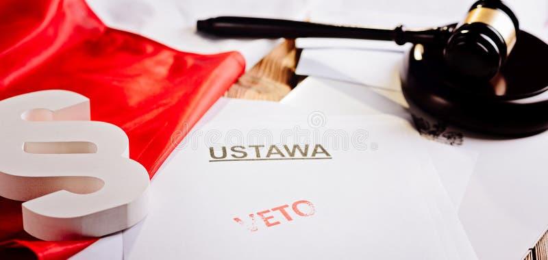 Selo vermelho da proibição no ato da lei e na bandeira do polonês imagens de stock