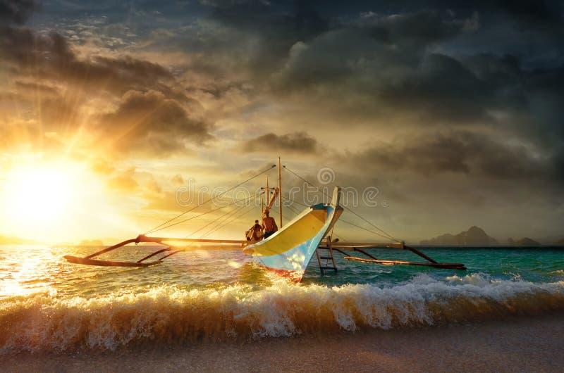 Selon les destinations de touristes sur l'EL Nido d'île au coucher du soleil. photographie stock