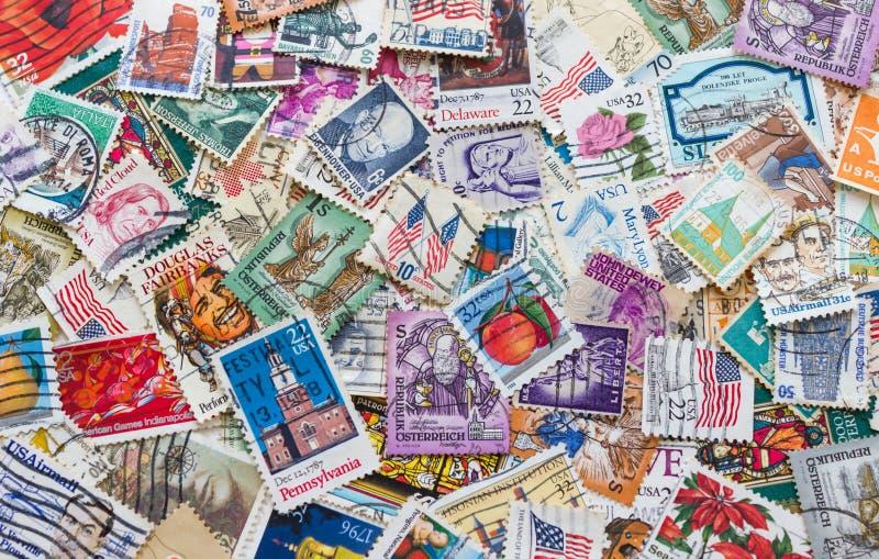 Selos postais velhos dos países diferentes fotografia de stock