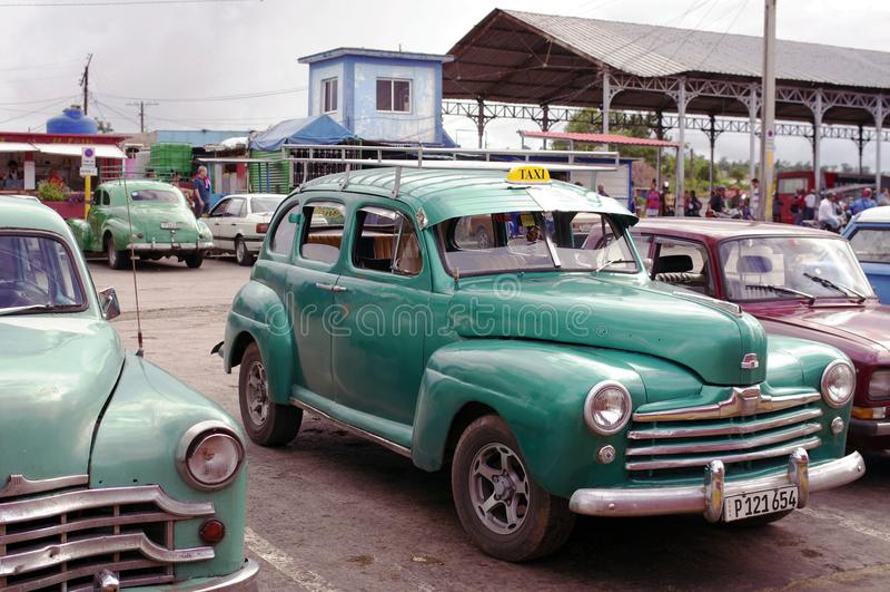 Seltene Oldtimer geparkt in Kuba lizenzfreie stockfotos