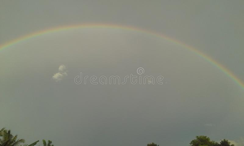 Seltener sch?ner mehrfarbiger Regenbogen stockfotografie