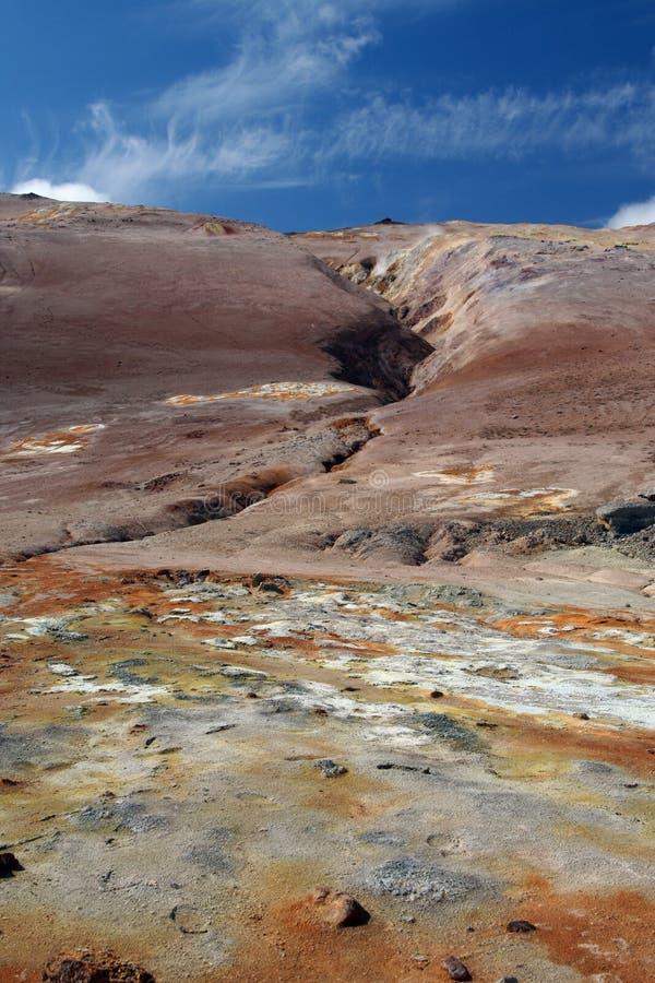 Seltun/Krysuvik Krýsuvík: Ansicht über gelbes, orange und weißes geothermisches Feld auf dem Spalt des roten Hügels kontrastieren stockbild