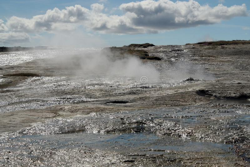 Seltun/Krysuvik Krýsuvík: A fumarola emite-se o gás do enxofre atrás do campo geotérmica com as poças da água quente fotografia de stock royalty free