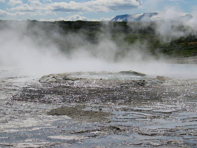 Seltun/Krysuvik Krýsuvík: A fumarola emite-se o gás do enxofre atrás do campo geotérmica com as poças da água quente imagem de stock