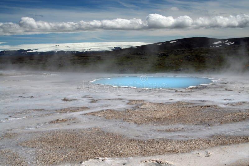 Seltun/Krysuvik Krýsuvík: Het stomen van geothermische vallei met natuurlijke blauwe pool en snowcapped berg royalty-vrije stock foto's