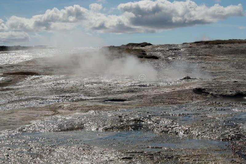 Seltun/Krysuvik Krýsuvík: La fumarola emite el gas del azufre detrás del campo geotérmico con los charcos de la agua caliente fotografía de archivo libre de regalías
