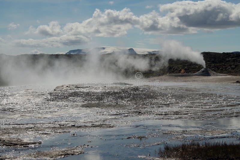 Seltun/Krysuvik Krýsuvík : La fumerolle émettent le gaz de soufre derrière le gisement géothermique avec des magmas d'eau chaude image stock