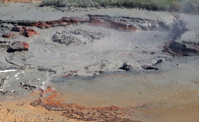 Seltun/Krysuvik Krýsuvík: Pote caliente de ebullición del fango que burbujea y de cocido al vapor al vapor fotografía de archivo