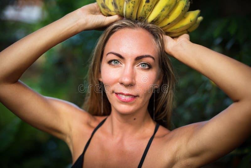 Selva tropical de la mujer de la belleza de la diosa del plátano de la corona fotografía de archivo libre de regalías