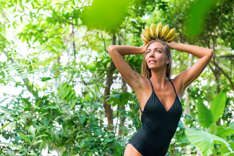 Selva tropical de la mujer de la belleza de la diosa del plátano de la corona imagen de archivo
