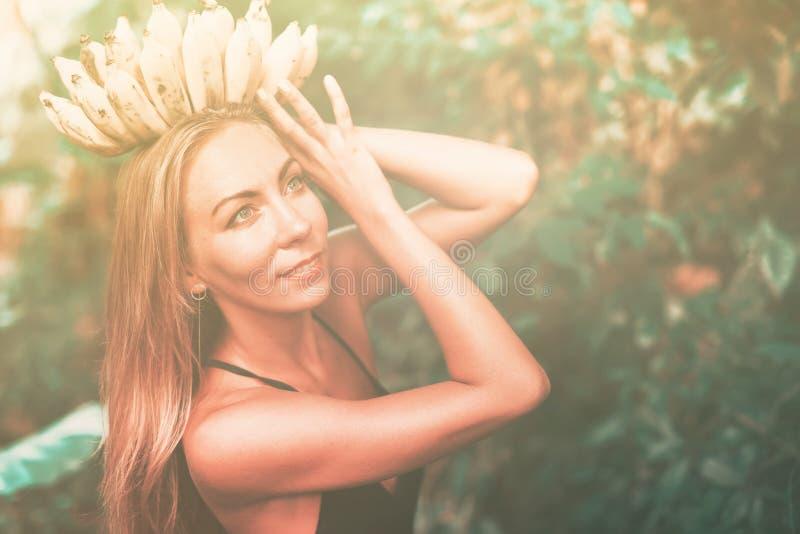 Selva tropical de la mujer de la belleza de la diosa del plátano de la corona imágenes de archivo libres de regalías