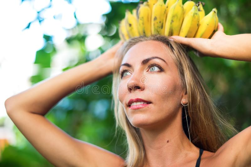 Selva tropical de la mujer hermosa de la diosa del plátano de la corona foto de archivo libre de regalías