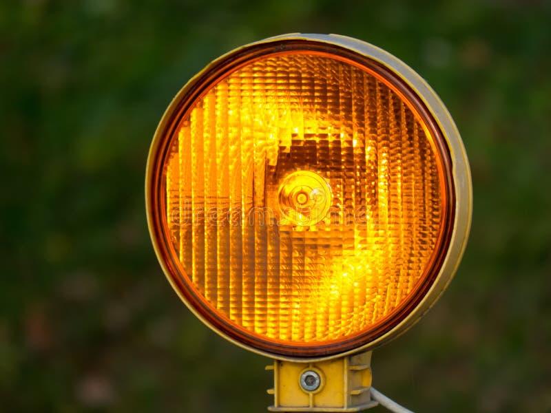 Semáforo anaranjado imagenes de archivo