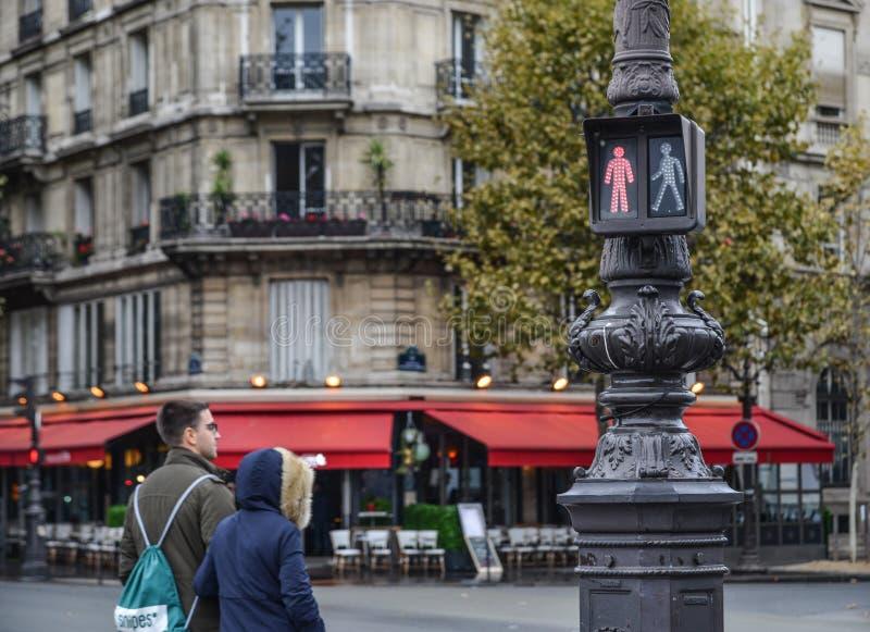 Semáforo en el centro de la ciudad de París, Francia foto de archivo