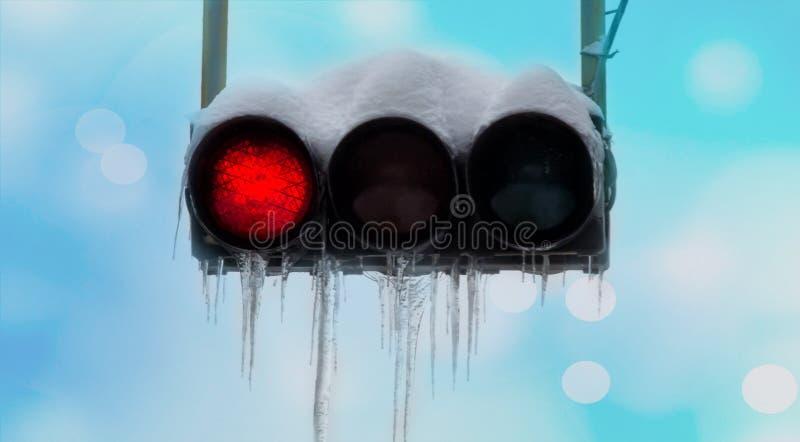 Semáforo en nieve con rojo de los carámbanos fotos de archivo libres de regalías