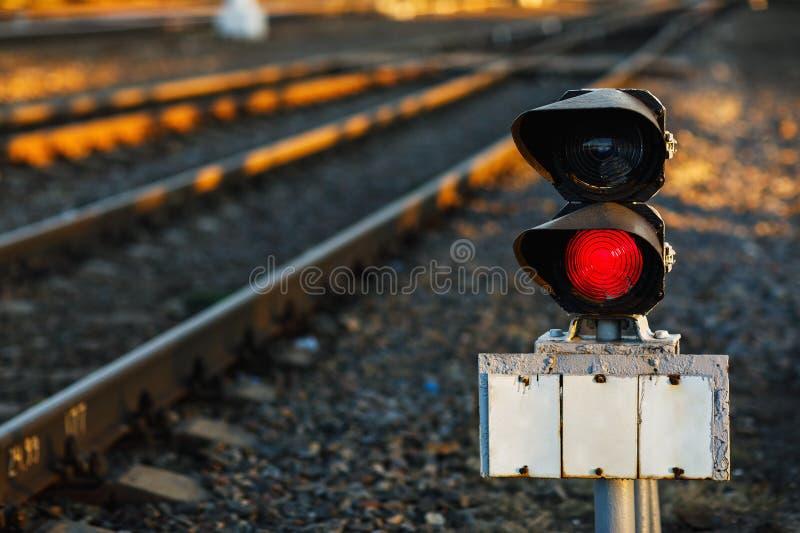 Semáforo ferroviario que quema en rojo imagenes de archivo