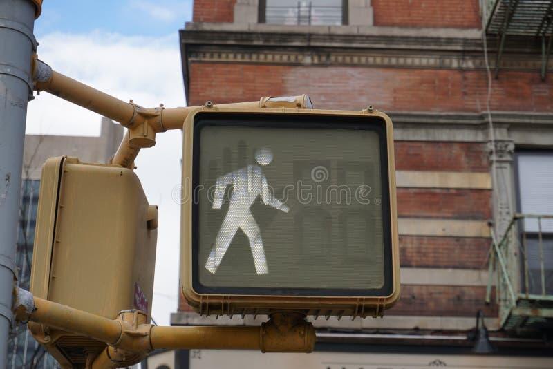 Semáforo peatonal en Nueva York, es ACEPTABLE cruzar fotos de archivo libres de regalías