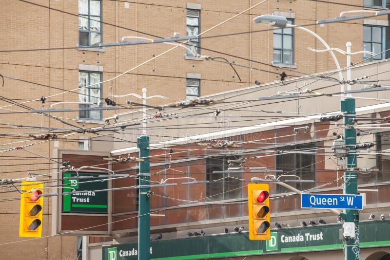 Semáforo que sigue las regulaciones estándar americanas tomadas en un cruce de la calle de la reina en Toronto céntrico Ontario,  foto de archivo