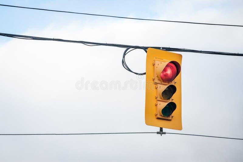 Semáforo que sigue las regulaciones estándar americanas tomadas en un cruce en Ottawa, Ontario, Canadá, indicando la luz roja imagen de archivo libre de regalías
