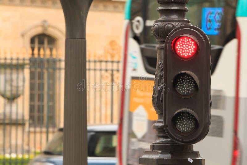Semáforo rojo típico en París en Francia imagenes de archivo