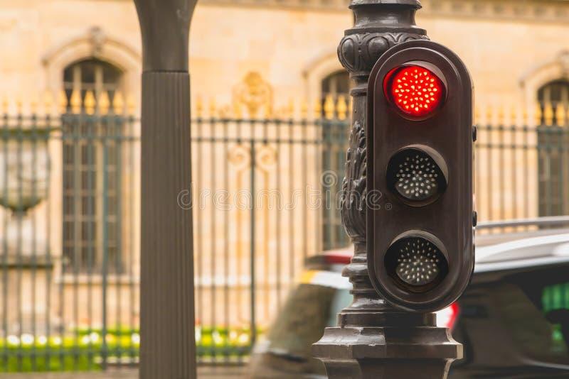 Semáforo rojo típico en París en Francia foto de archivo