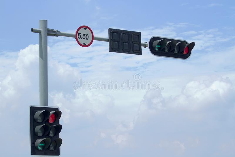 Semáforo y límite del letrero de altura en backgrou del cielo azul fotografía de archivo
