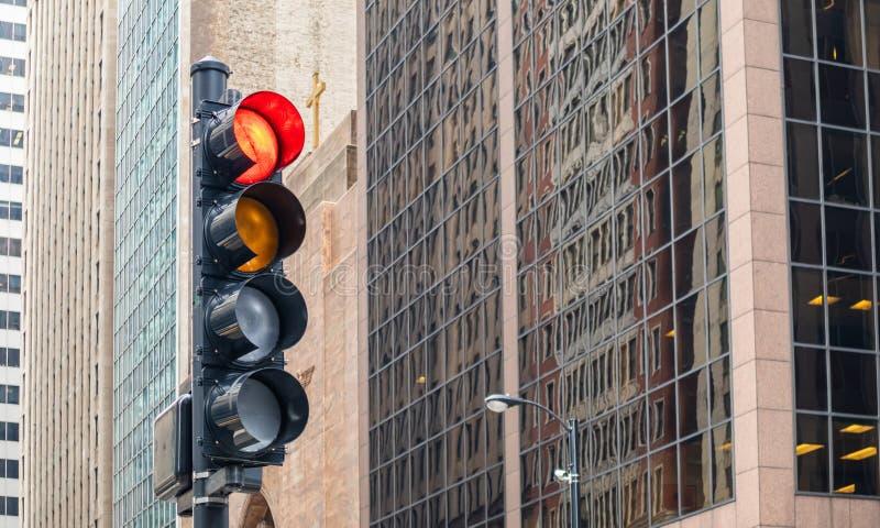 Semáforos rojos para los coches, fondo de los edificios de oficinas, ciudad de Chicago, Illinois imagen de archivo libre de regalías