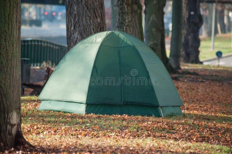 Sem abrigo na barraca do iglu no parque urbano imagem de stock