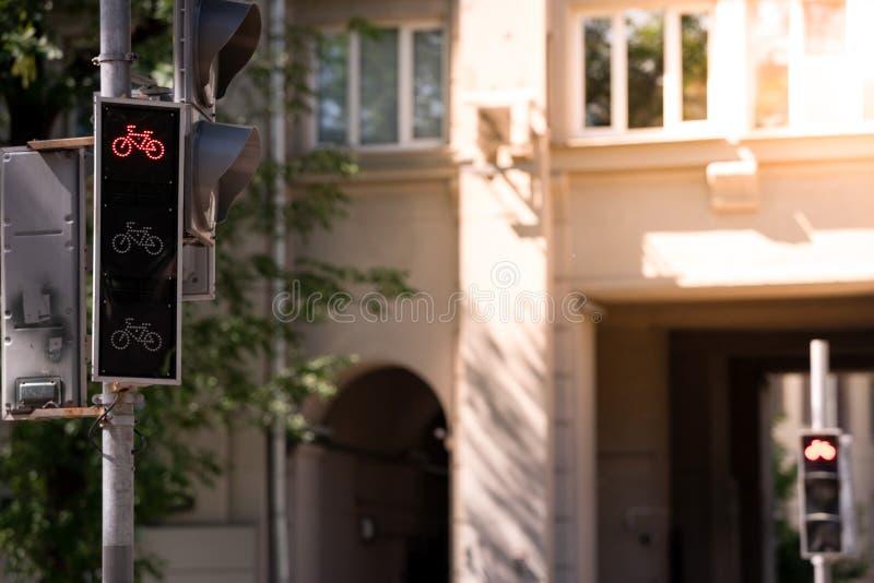 Sem?foros para los ciclistas La señal roja de la prohibición está prendido Copie el espacio imagenes de archivo