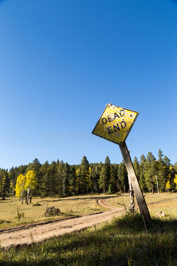 Sem saída bifurcado da estrada de terra fotos de stock royalty free