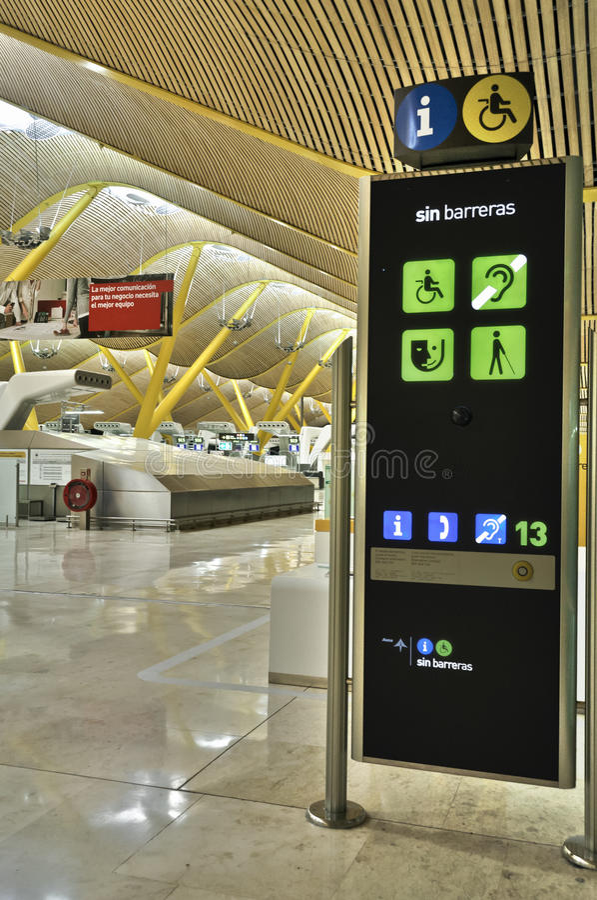 Sem sinal das barreiras dentro do terminal de aeroporto fotografia de stock
