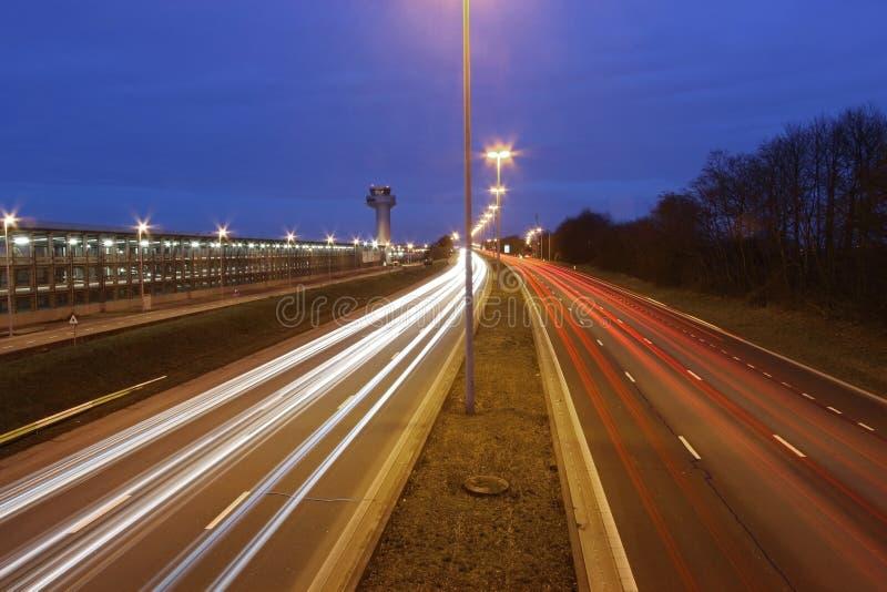 Semafori alla notte sulla strada principale immagine stock