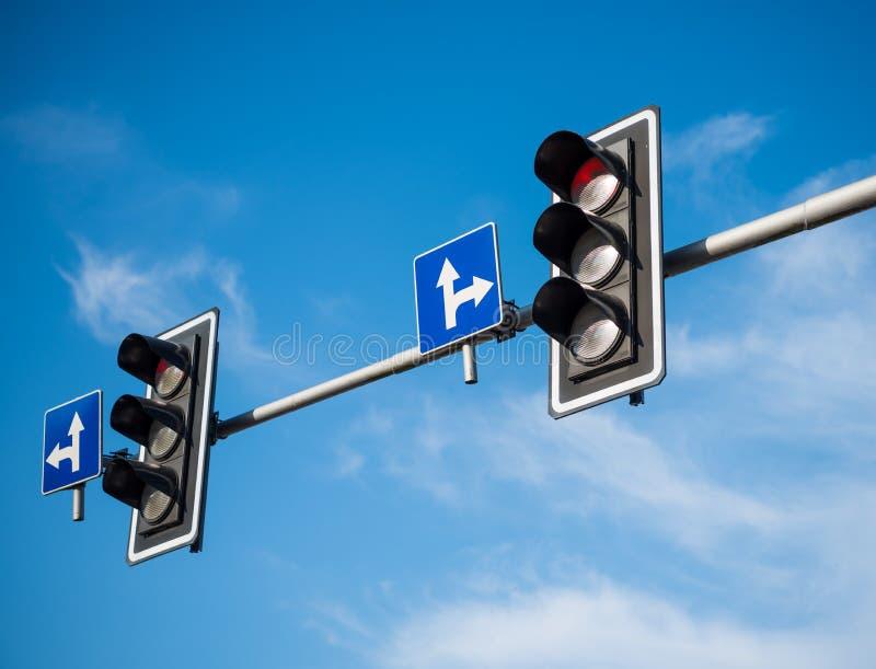 Semafori con luce rossa immagini stock libere da diritti