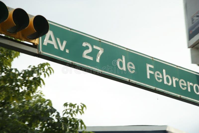 Semafori e segnale stradale per un viale di 27 de febrero, Villahermosa, Tabasco, Messico immagine stock libera da diritti