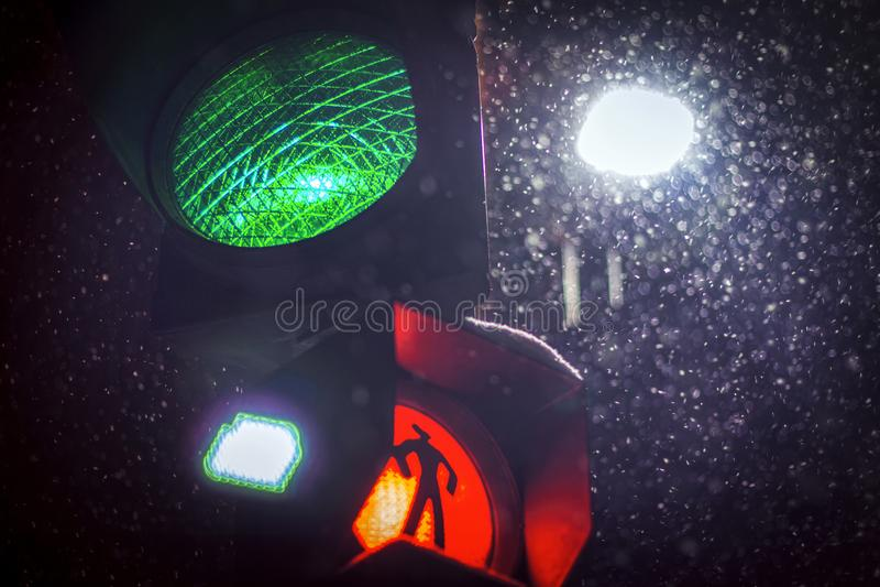Semafori nella notte di inverno fotografie stock