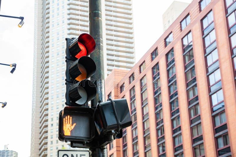 Semafori rossi per le automobili, fondo degli edifici per uffici, città di Chicago, Illinois immagini stock