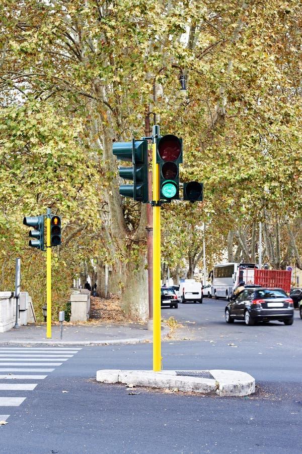 Semafori verdi sulla via della città immagine stock