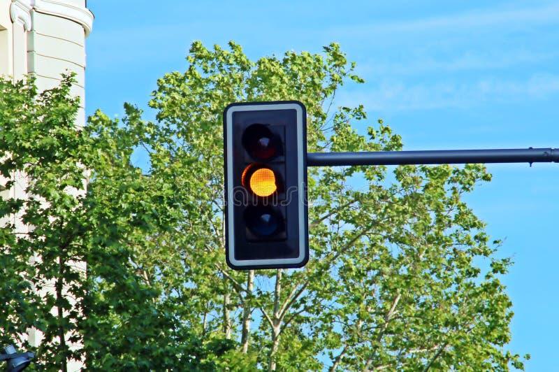 Semaforo alla luce arancio immagini stock