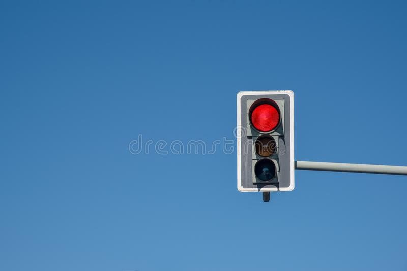 Semaforo con un cielo blu fotografia stock libera da diritti