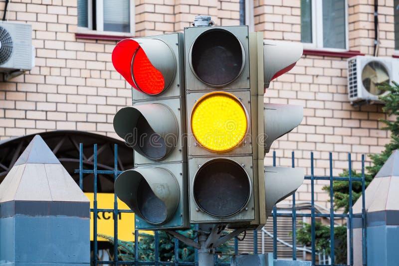 Semaforo elettrico Segnali verdi, rossi e gialli di sicurezza Passaggio pedonale fotografie stock libere da diritti