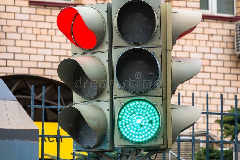 Semaforo elettrico Segnali verdi, rossi e gialli di sicurezza Passaggio pedonale fotografia stock