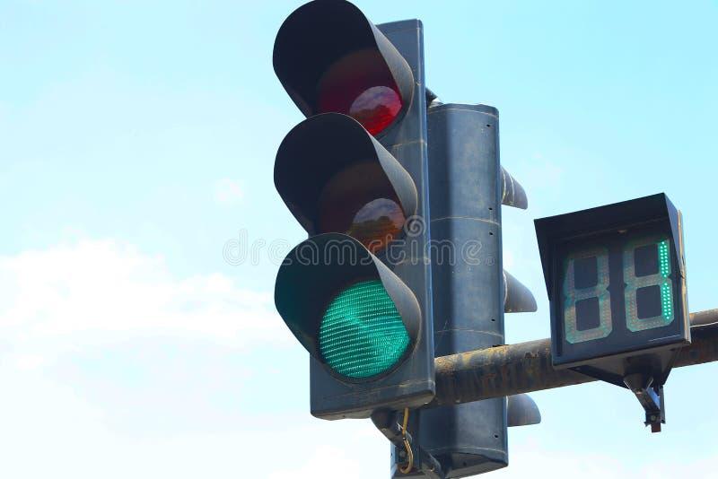 Semaforo verde d'ardore luce verde su un'iluminazione pubblica immagini stock