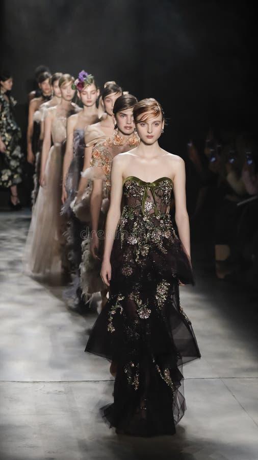 A semana de moda FW 2017 de New York - coleção de Marchesa imagens de stock